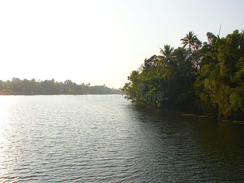Avkrokkanal i Kerala, Indien - en naturlig vattenbakgrund arkivfoto