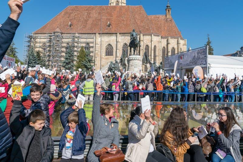 """10 000 avläsare försöker att ställa in ett nytt GUINNESS VÄRLDSREKORD i kategori""""Mostfolket i en läs- relay"""" i Cluj Napoca, arkivbilder"""