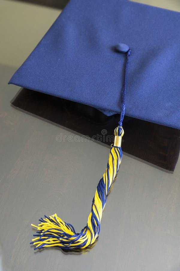Avläggande av examenhatt royaltyfri bild