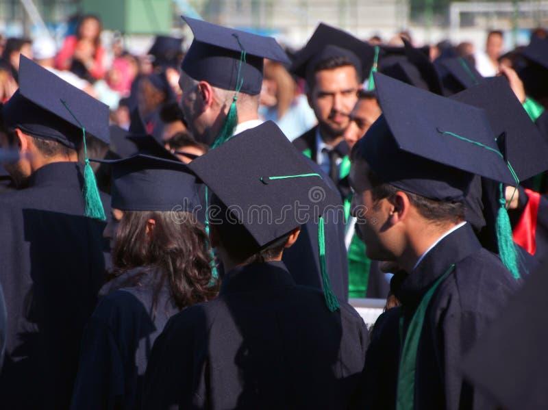 Avläggande av examenhattar royaltyfria bilder