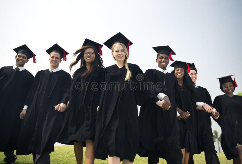 Avläggande av examenvänprestationen firar gradbegrepp arkivbilder