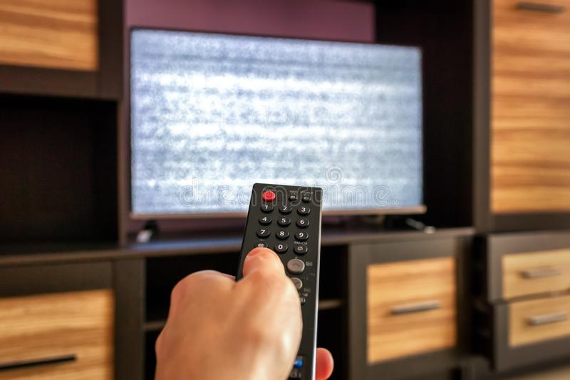 Avlägsen contro för smart tv, på skärmstörningsavbrottet av anslutningen royaltyfri bild