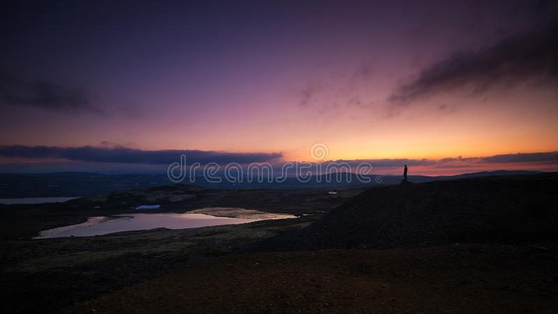 Avlägsen kontur av en man som står på ett berg, Nordgruvefe royaltyfri foto