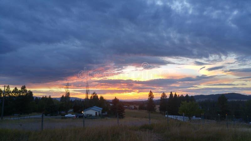 Avlägsen molnig solnedgång arkivfoton