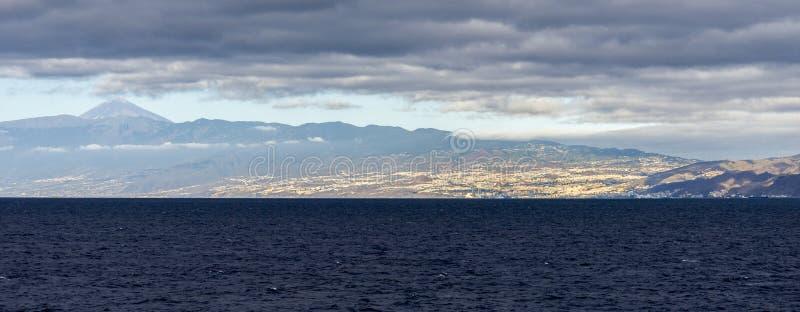 Avlägsen panoramautsikt av den Santa Cruz de Tenerife staden med den monteringsTeide toppmötet i bakgrunden, kanariefågelöar, Spa arkivfoton