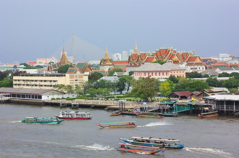 Avlägsen sikt av den storslagna slottwhiten Chao Phraya River i Bangkok royaltyfria bilder