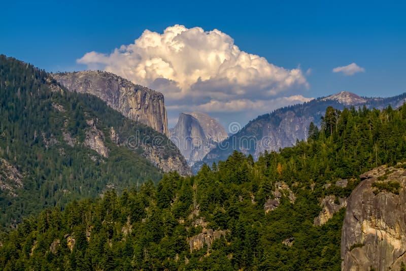 Avlägsen sikt av Halva-kupolen i den Yosemite nationalparken arkivbild