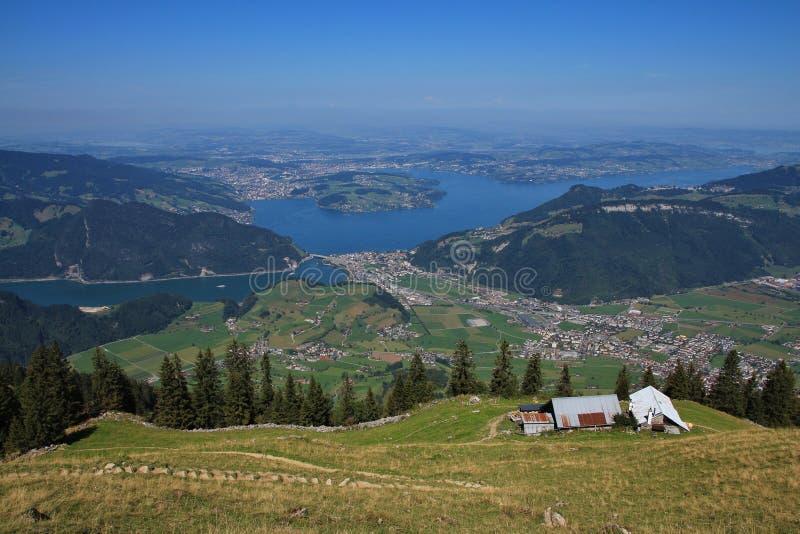 Avlägsen sikt av sjön Vierwaldstattersee och Lucerne royaltyfri bild