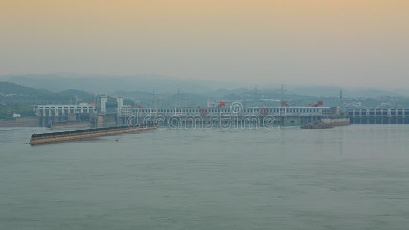 Avlägsen sikt av Threet Gorge Dam över Yangtze River i Yicha arkivfoton