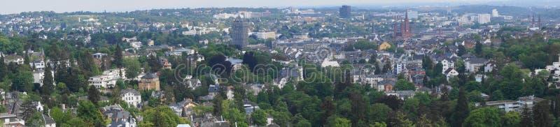 Avlägsen sikt på Wiesbaden capitolstaden av Hessen i Tyskland arkivbilder