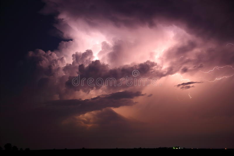 Avlägset blixtmoln arkivbilder