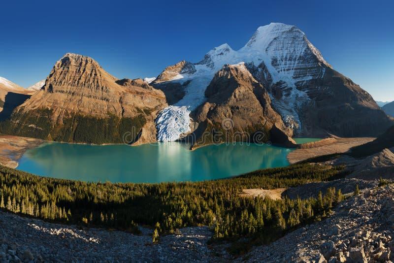 Avlägset panorama- landskap av Berg sjön och det snöig berget Robson Top i Jasper National Park Canadian Rocky berg royaltyfri bild