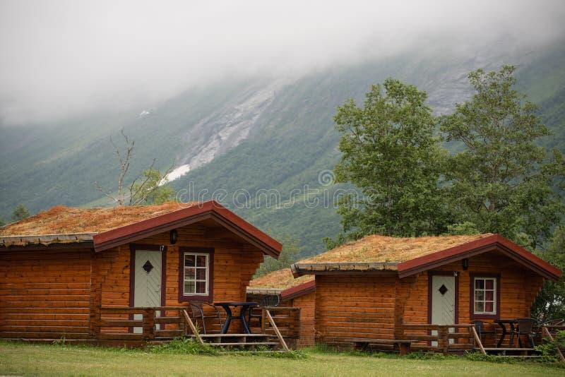 Avlägsna kabiner i bergen royaltyfria foton