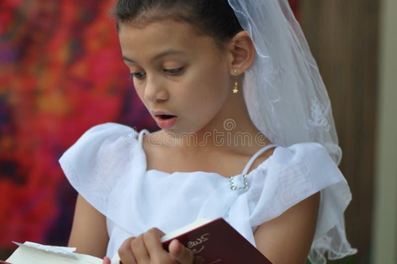 avläsning för bibelbarnnjutning arkivfoto