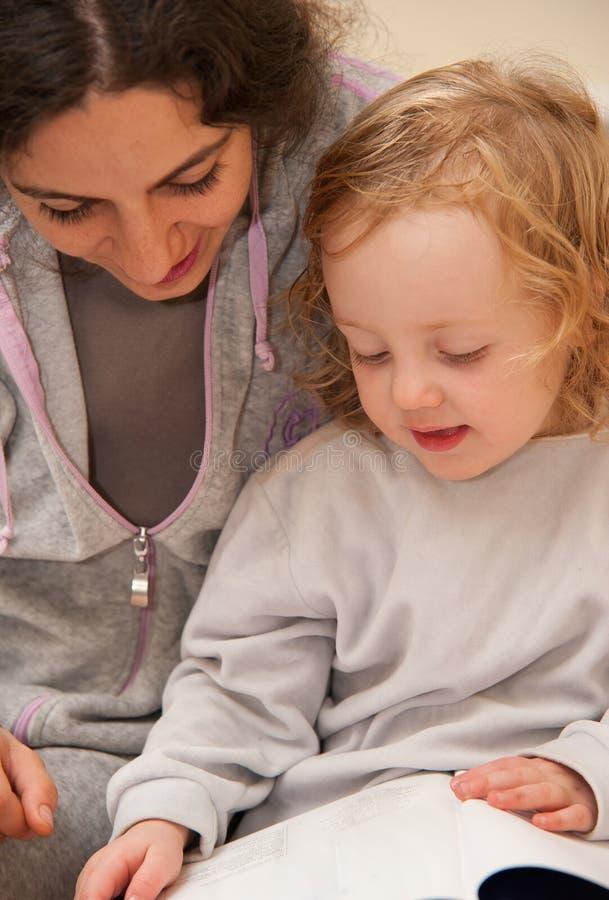 avläsning för bokbarnmoder royaltyfri bild