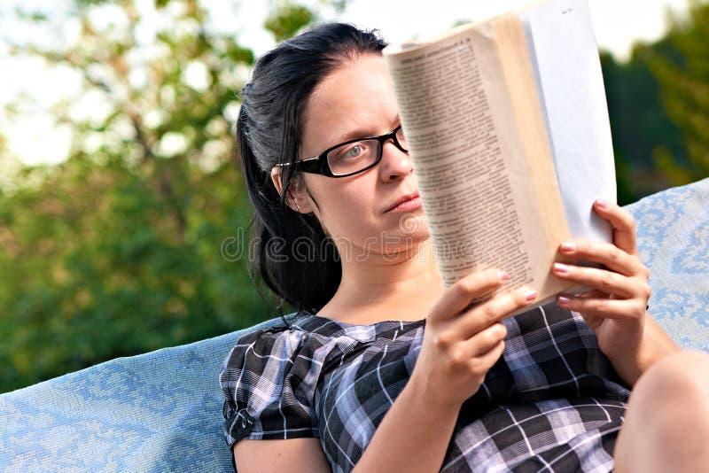 avläsningskvinna arkivfoto