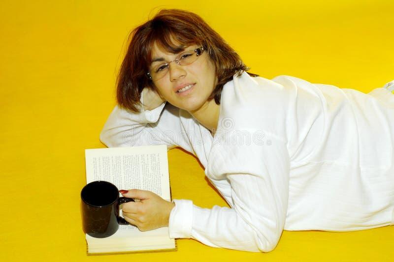 Avläsningskvinna Royaltyfri Bild