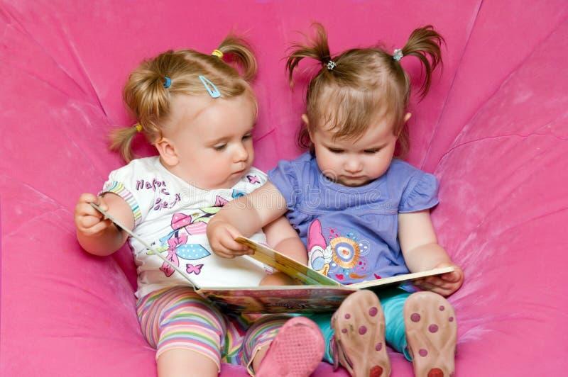 avläsningslitet barn tillsammans två royaltyfri fotografi