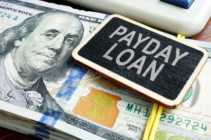 Avlöningsdaglånbegrepp Bunt av dollarräkningar på skrivbordet arkivfoton