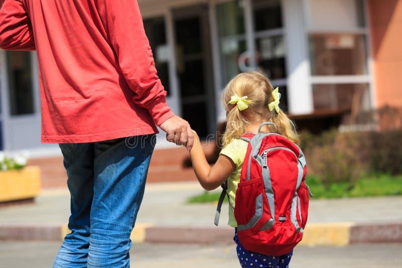 Avla att gå den lilla dottern till skolan eller daycare arkivfoto