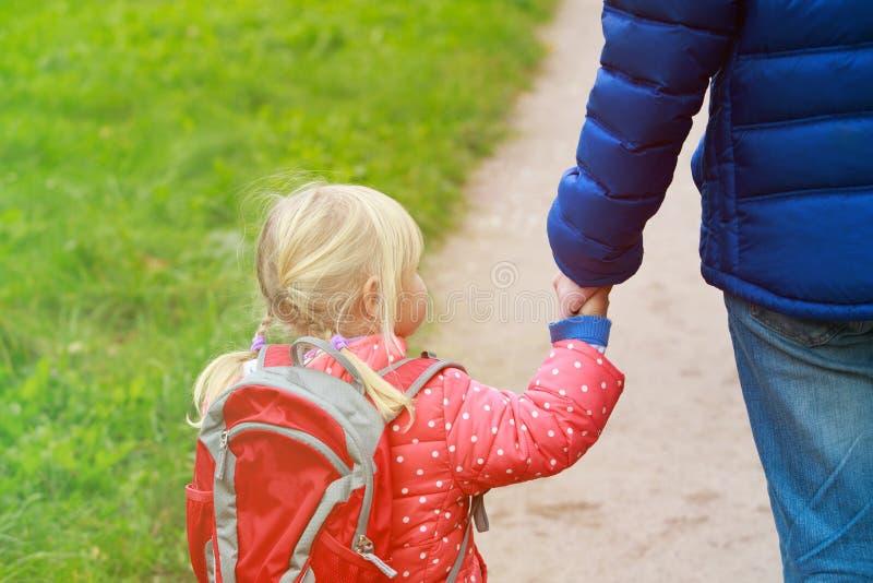 Avla att gå den lilla dottern till skolan eller daycare royaltyfria foton