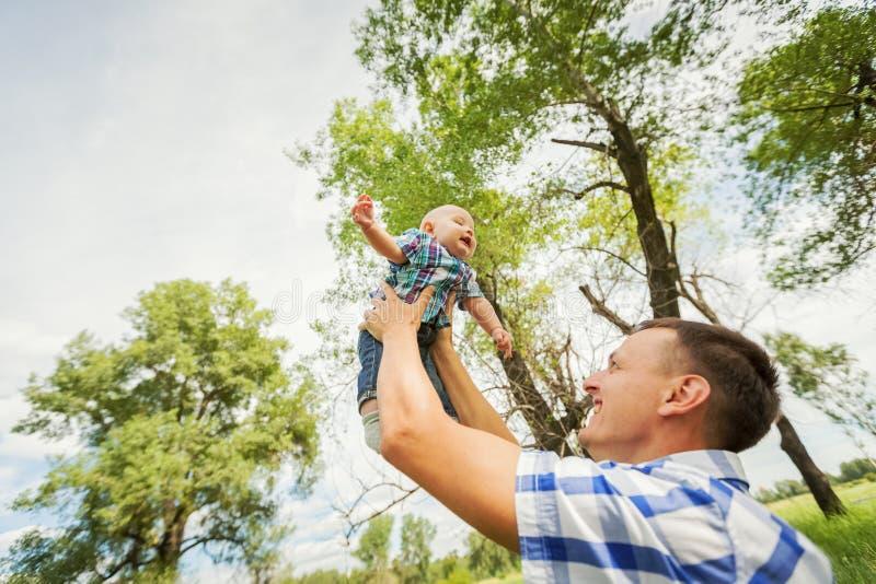 Avla att rymma hans son på händerna av royaltyfria bilder
