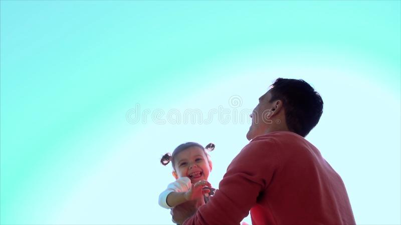 Avla att spela med dotterflickan som kastar i luften gem Lycklig aktiv barnunge Fadern kastar hans dotter royaltyfria bilder