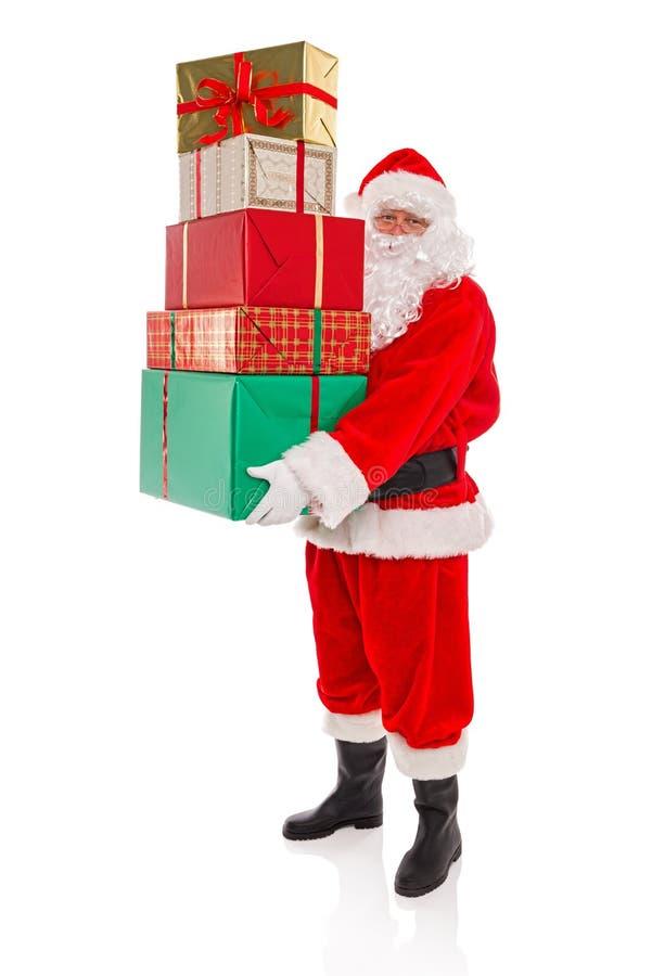 Avla Christmas som rymmer en bunt av gåvor, på vit arkivfoton