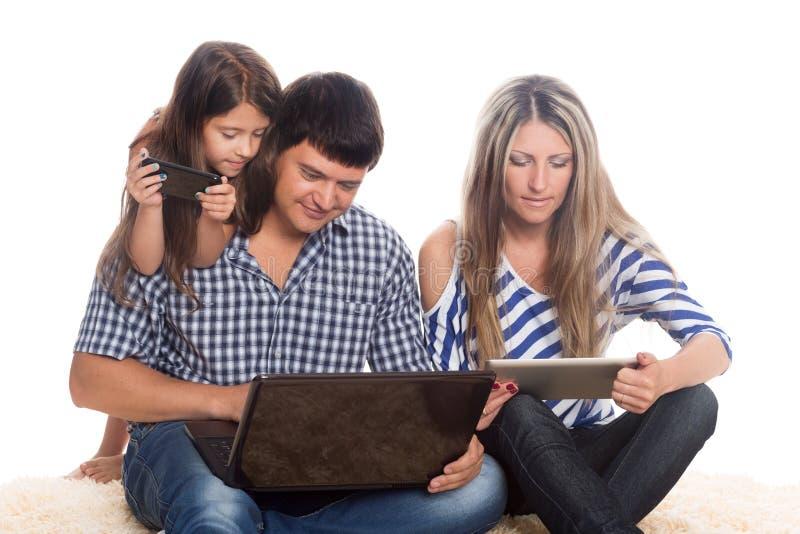 Avla genom att använda en bärbar dator, minnestavlaPC:N, smartphone arkivfoton