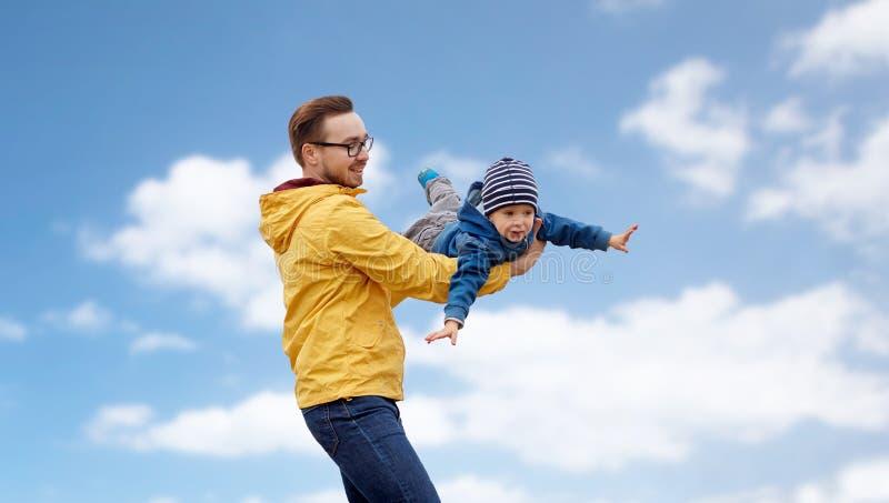 Avla med sonen som utomhus spelar och har roligt royaltyfria bilder