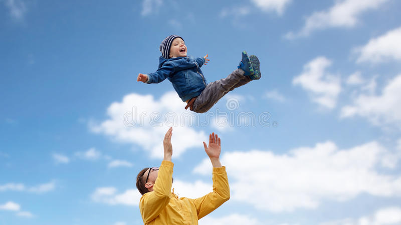 Avla med sonen som utomhus spelar och har roligt arkivbilder