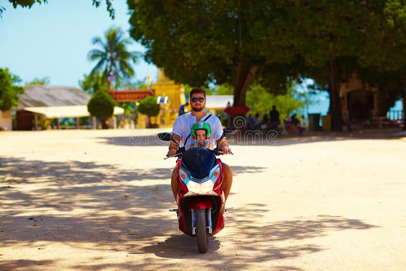 Avla med sonridning på sparkcykeln till och med Thailand royaltyfri fotografi
