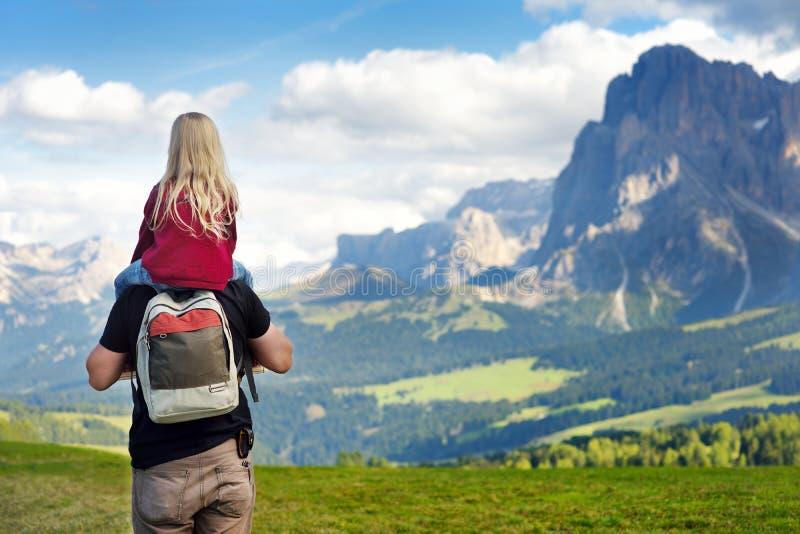 Avla och hans lilla dotter som beundrar en sikt av Seiser Alm, den största alpina ängen för hög höjd i Europa, Italien fotografering för bildbyråer