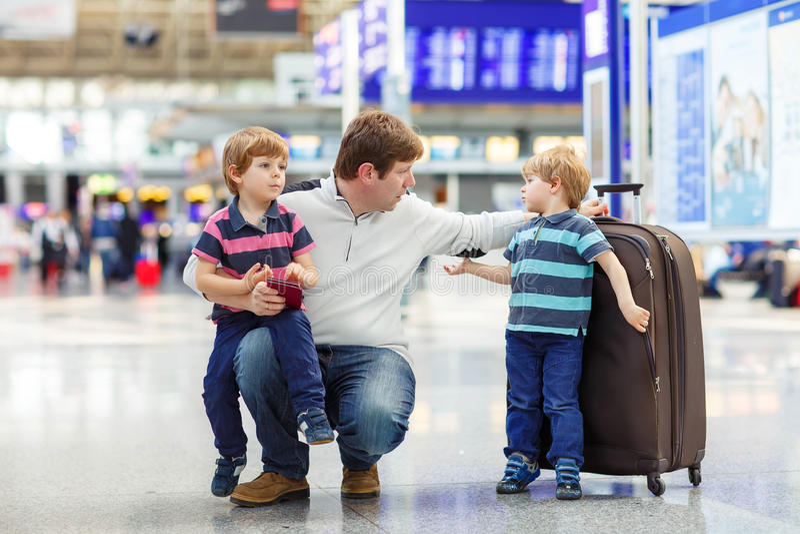 Avla och två lilla siblingpojkar på flygplatsen arkivbilder