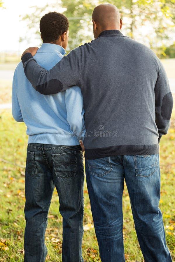 Avla samtal och att spendera av tid med hans son fotografering för bildbyråer