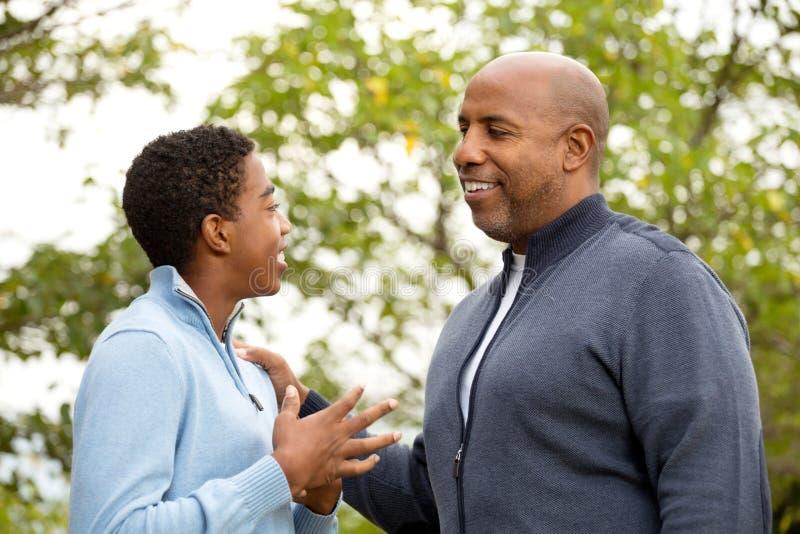 Avla samtal och att spendera av tid med hans son royaltyfria foton