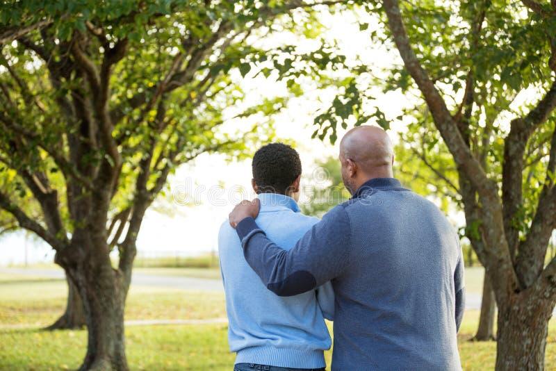 Avla samtal och att spendera av tid med hans son arkivfoton