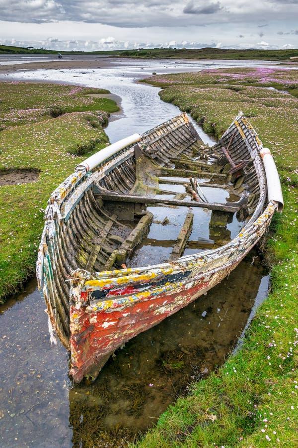Avlagd gammal fiskebåt fotografering för bildbyråer