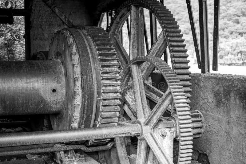 Avlagt och kasserat maskineri i den bryta branschen arkivbild