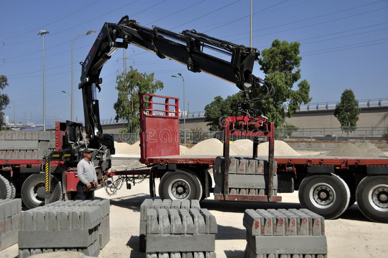 Avlastning av lastbilen arkivbild