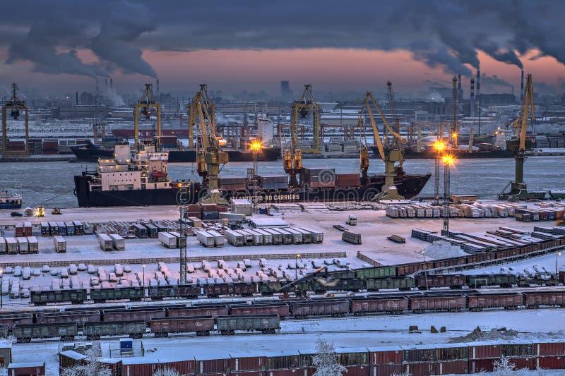 Avlastning av lastfartyget i afton för vinter för havsport royaltyfria bilder