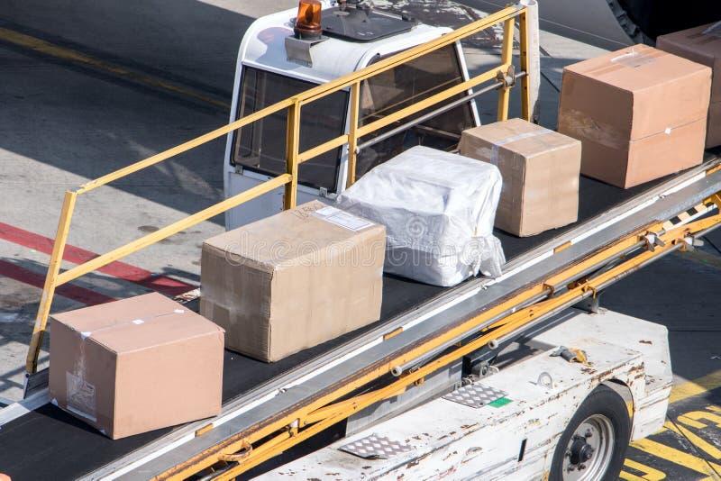 Avlastning av paketet fr?n flygkroppen av flygplan royaltyfria bilder