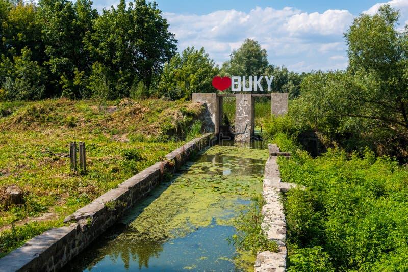 Avloppsränna som levererade vatten till vattenkraftstationen i Hirs'ens den kyiTikych floden i den Buky kanjonen, Ukraina royaltyfria foton
