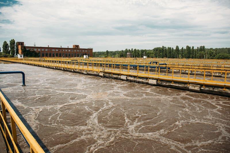 Avloppsvattenreningsverk med behållare eller behållare för ventilation och biologisk rening av kloak royaltyfria foton