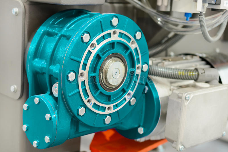 Avmaska kugghjulmotorn Monterat på CNC-maskinen royaltyfria bilder