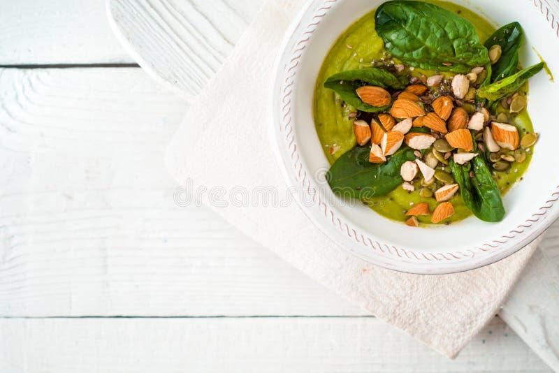 Avocado śmietanka z migdałem i szpinakiem na białym drewnianym stołowym odgórnym widoku zdjęcia stock