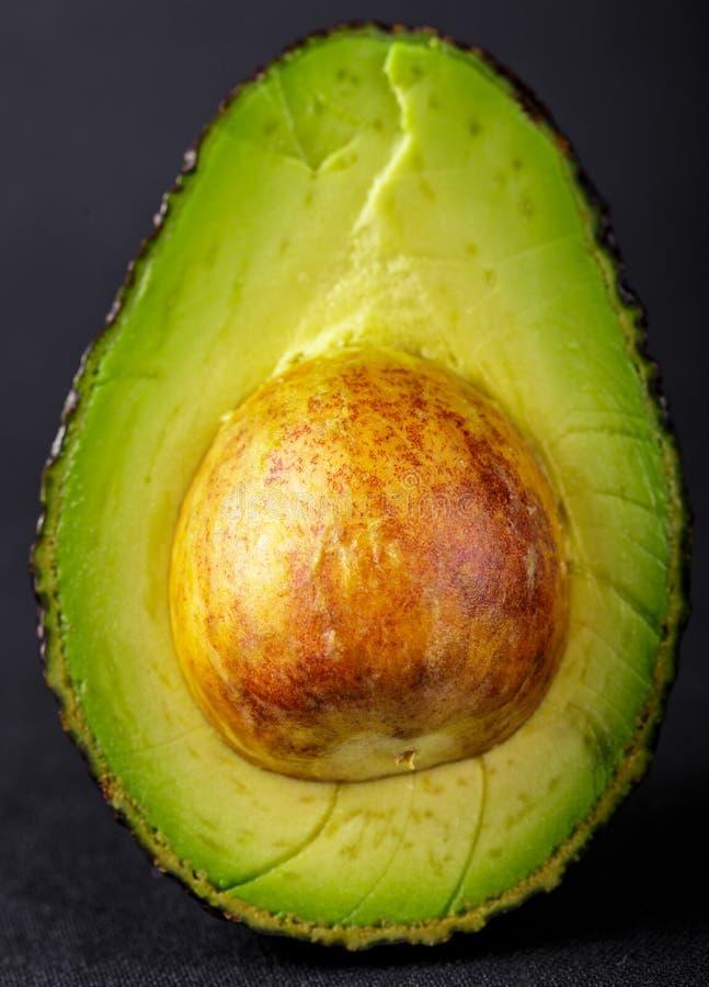 Avocado affettato isolato immagine stock