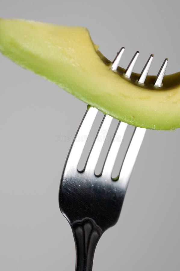 Avocado auf einer Gabel stockfoto