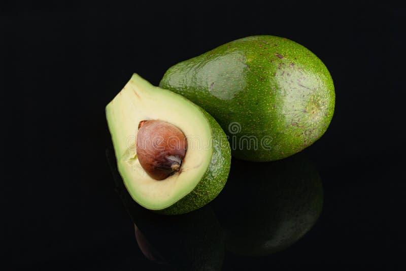 Avocado auf schwarzem Hintergrund Symbol oder frische organische Frucht oder vagitable f?r gesundes Lebensstil-Konzept lizenzfreies stockfoto
