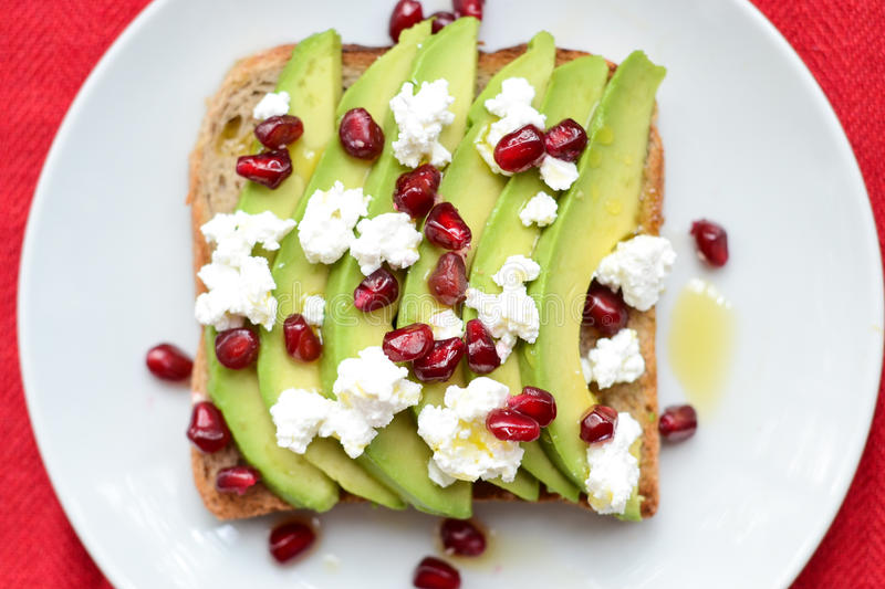 Avocado auf Toast stockfotografie